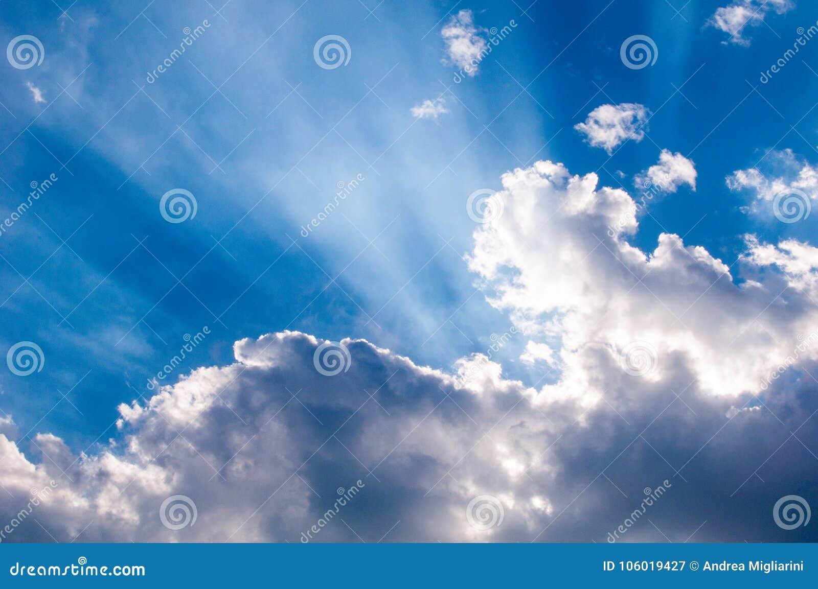 Rayons de soleil merveilleux par les nuages, papier peint pour le bureau