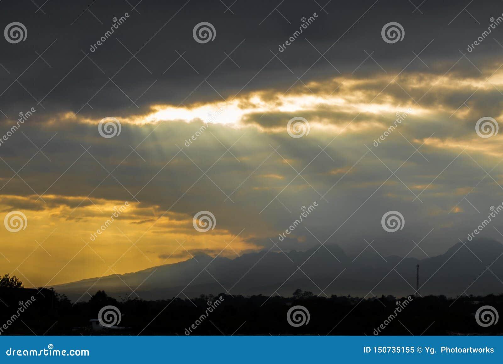 Rayons de Sun par les nuages