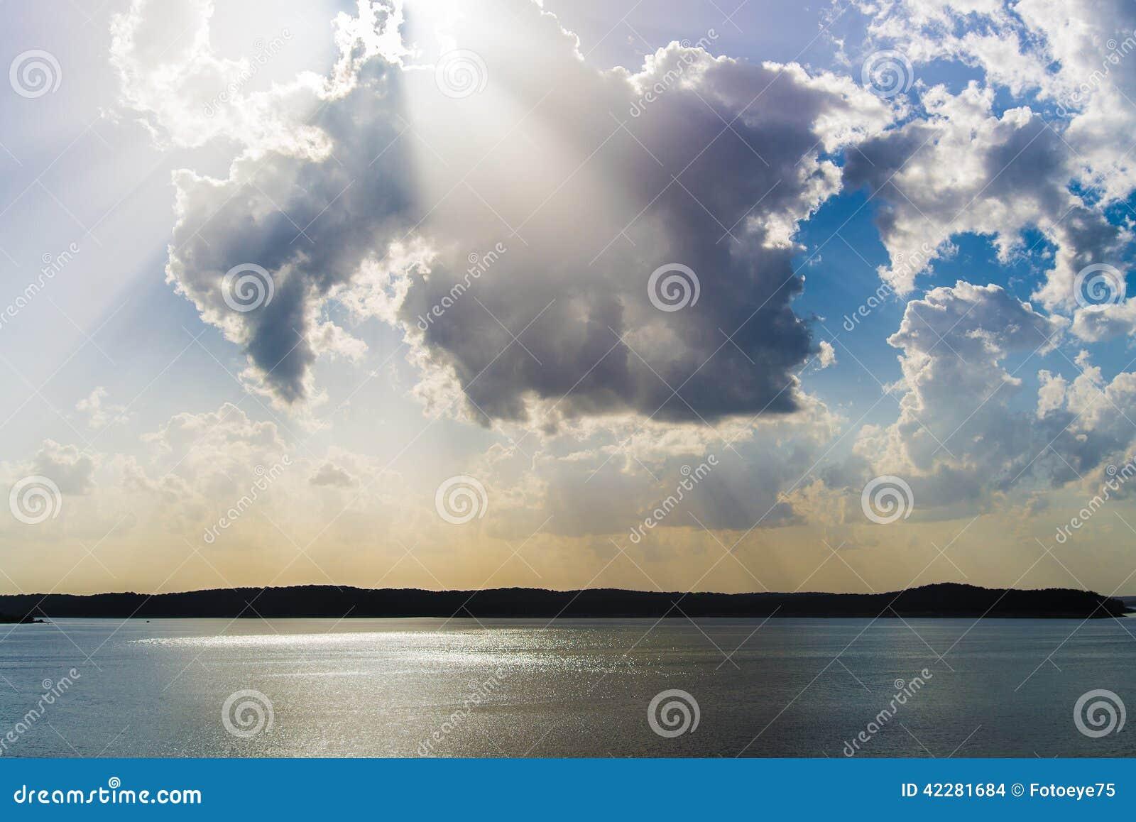 Rayons légers de lever de soleil/coucher du soleil au-dessus de lac
