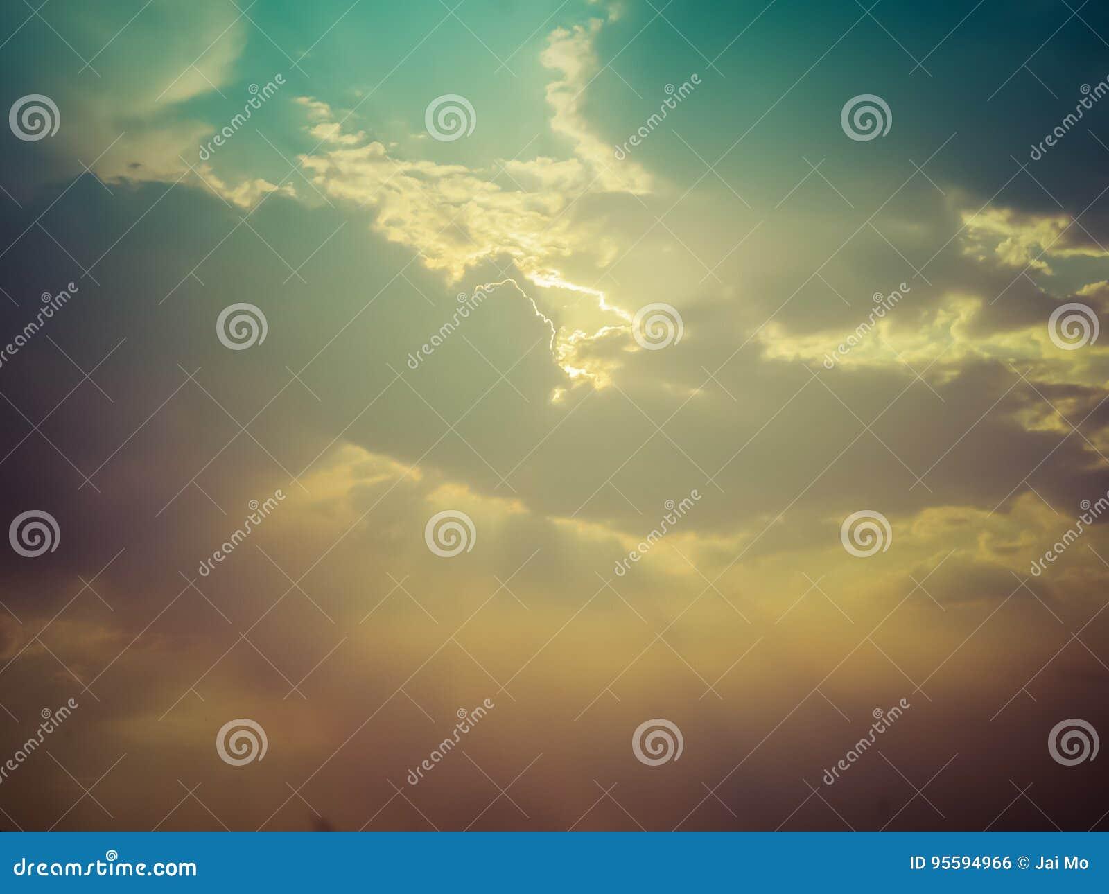 Rayos de sol a través de las nubes oscuras