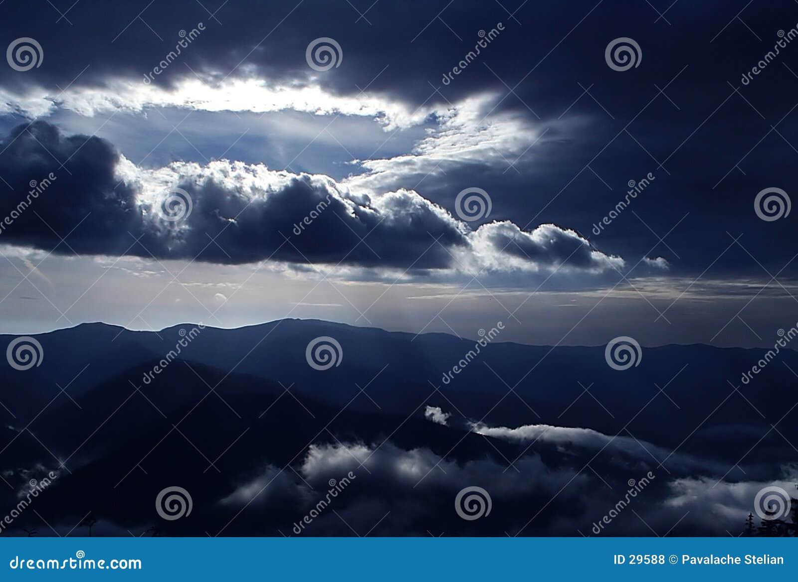 Download Rayos de Sun foto de archivo. Imagen de resplandor, nubes - 29588