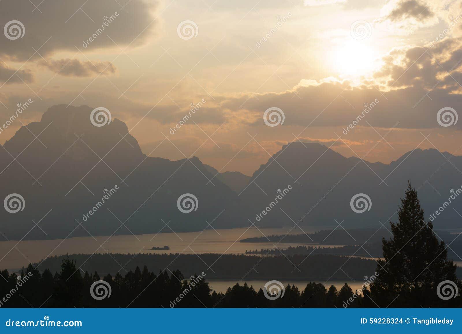 Rayos de Sun del paisaje de la montaña