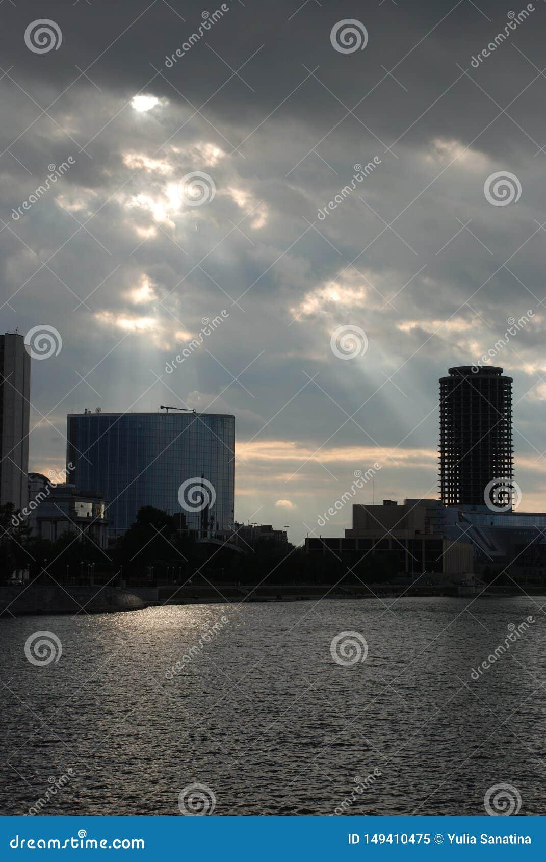 Rayos del sol que viene a través de las nubes