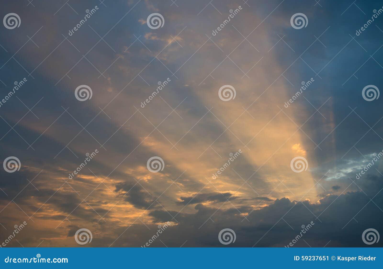 Download Rayos Solares A Través De Las Nubes Imagen de archivo - Imagen de maravilla, humilde: 59237651