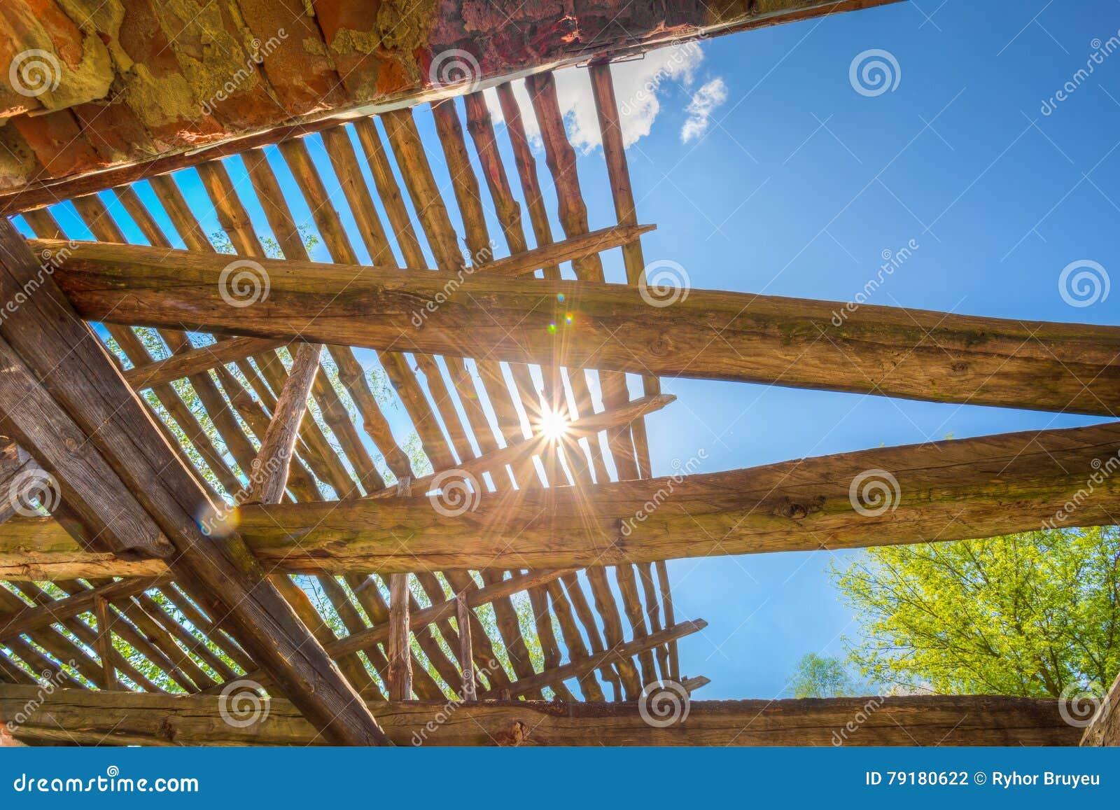 Rayos solares a trav s del tejado destruido de madera de for Tejado de madera en ingles