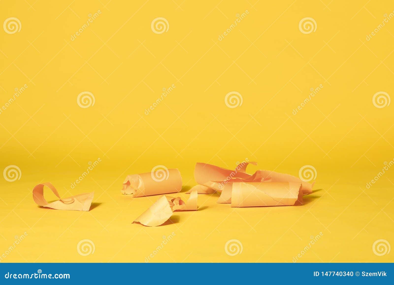 Rayures de papier jaune sur le fond sans couture jaune vibrant