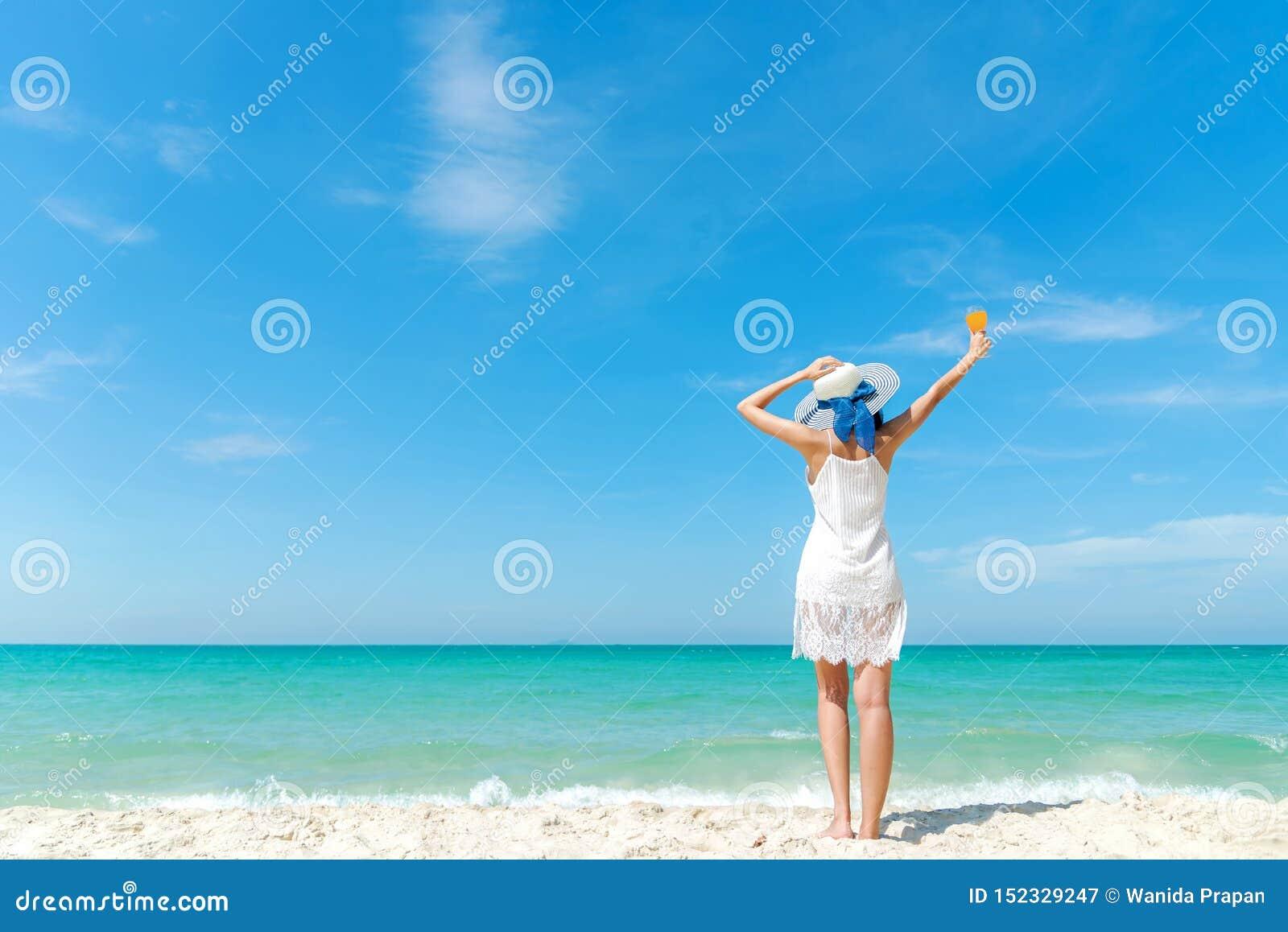 ?rbol en campo Playa blanca del verano de la moda del vestido de la mujer de la forma de vida que lleva en la playa arenosa del o