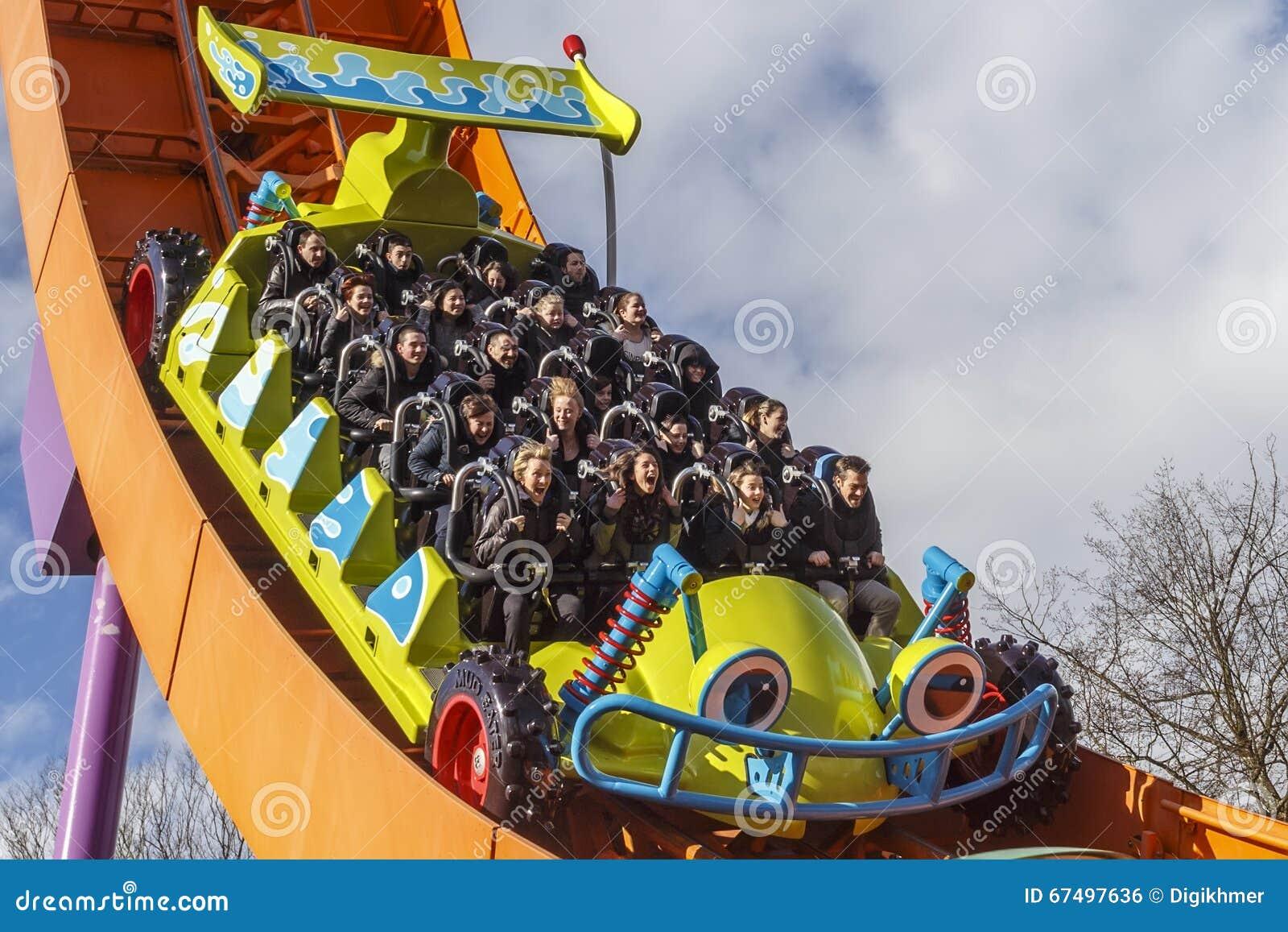Rc racerbilberg-och dalbana på disneyland Paris