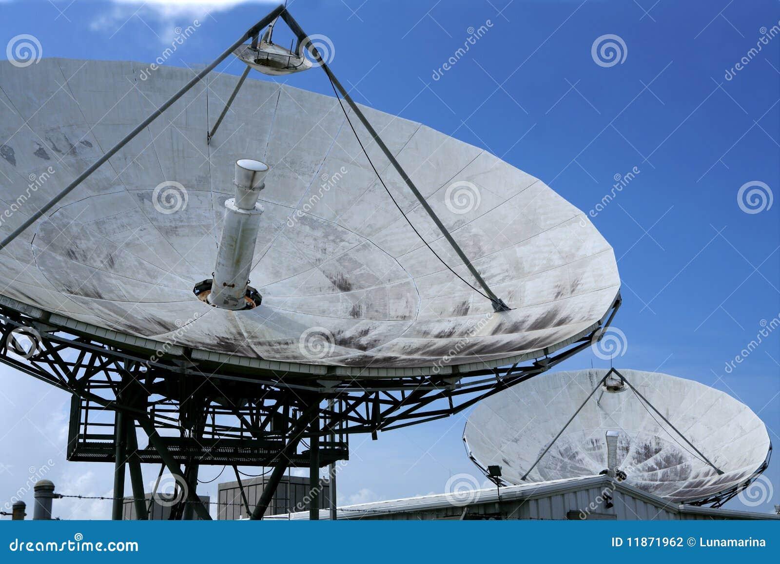 r cepteur parabolique d 39 antenne parabolique au dessus de ciel bleu photographie stock image. Black Bedroom Furniture Sets. Home Design Ideas