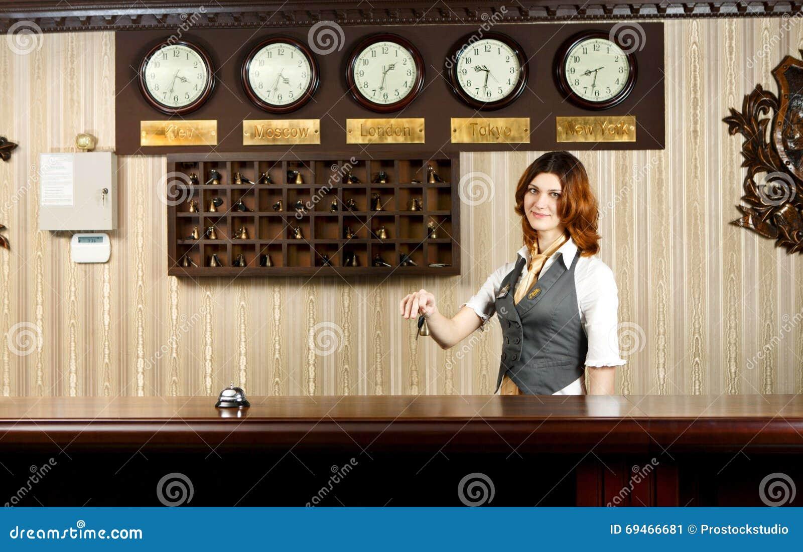 r ceptionniste d 39 h tel au contre bureau avec des cl s photo stock image 69466681. Black Bedroom Furniture Sets. Home Design Ideas