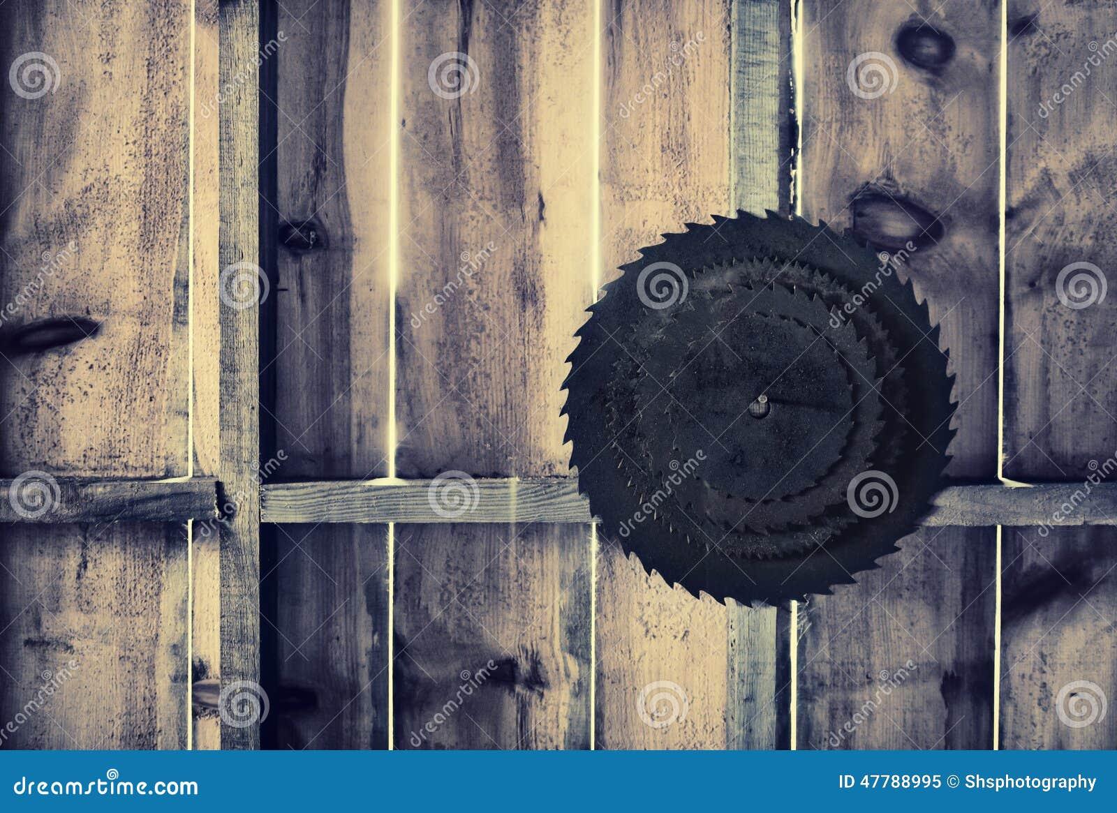 Rdzewiejąca kurenda Zobaczył ostrza na Drewnianej ścianie - Retro