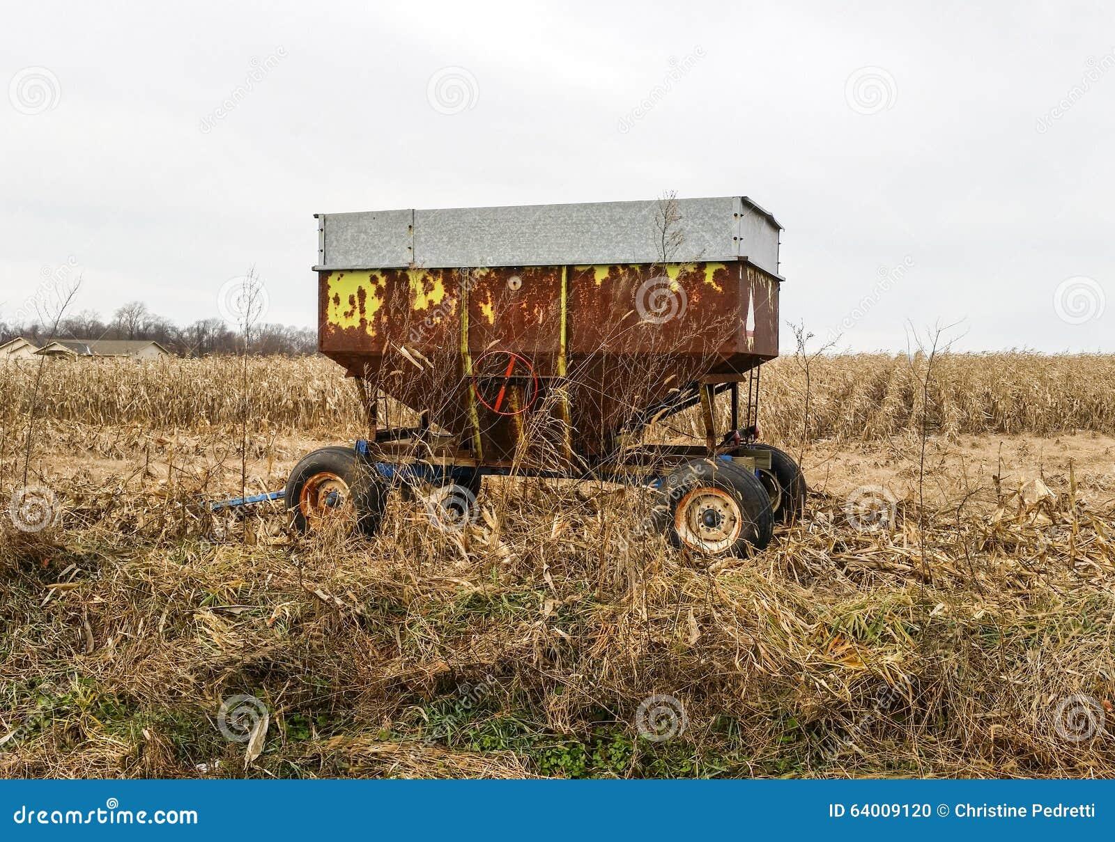 Rdzewiejący rolny wyposażenie na chmurnym zima dniu