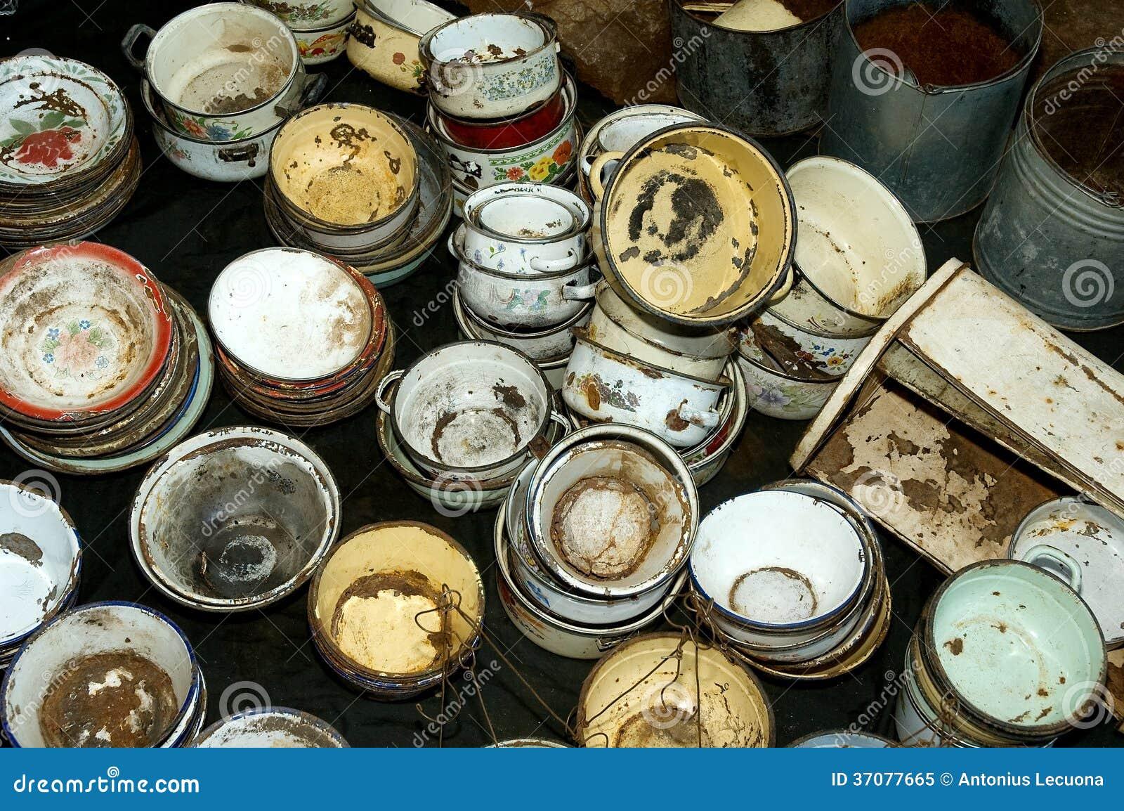 Download Rdzewiejący Starzy Puchary I Garnki Obraz Stock - Obraz złożonej z dużo, metal: 37077665