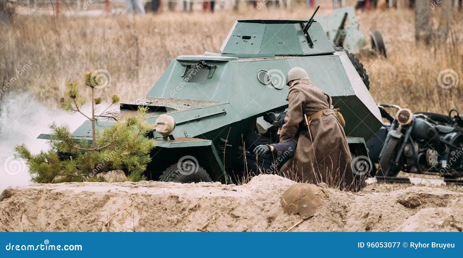 Re-enactor habillé en tant que soviétique russe de Crew From de conducteur de délivrances d Of World War II de soldat d infanteri