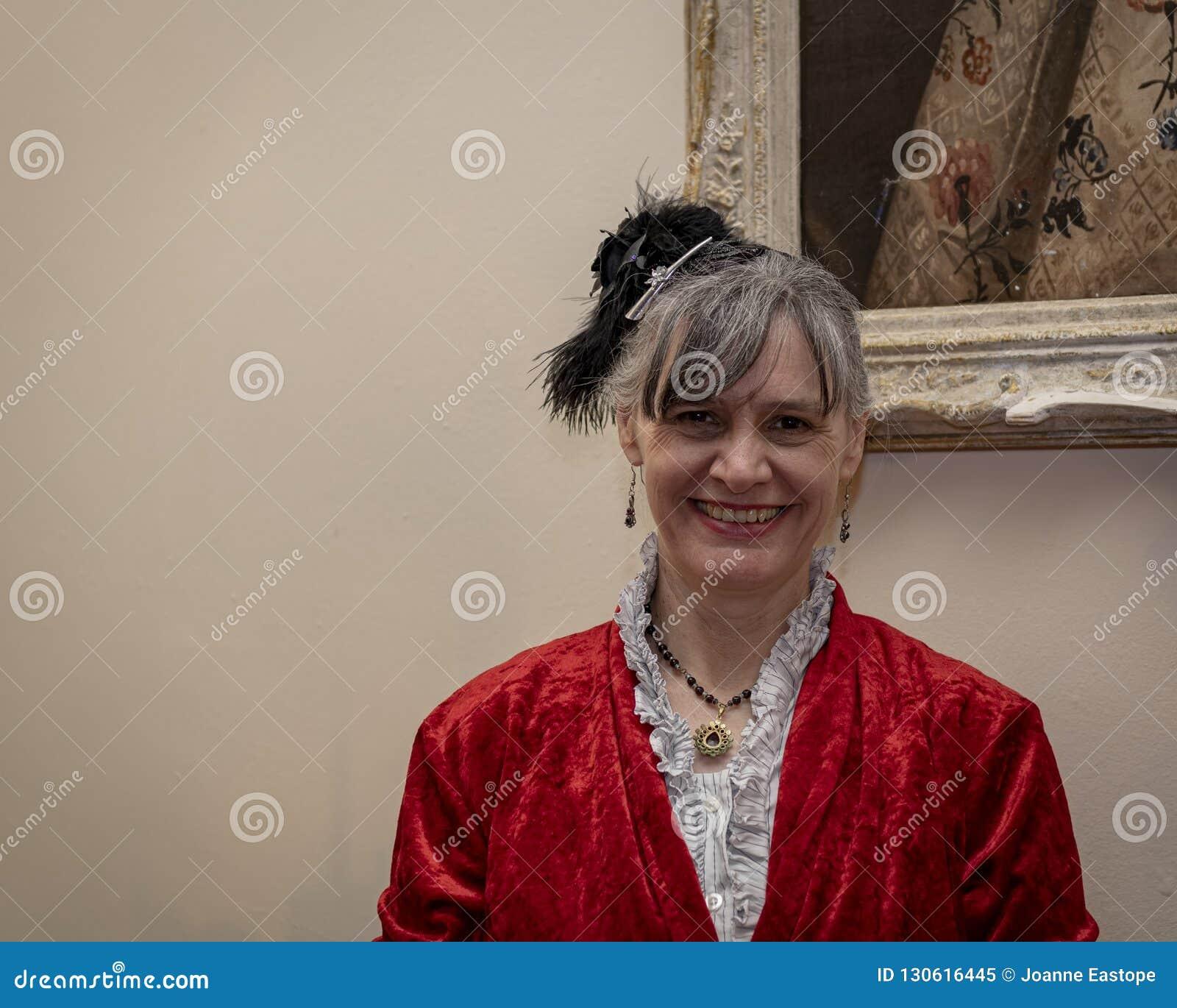 Re-enactor vestidos de la señora en un rojo