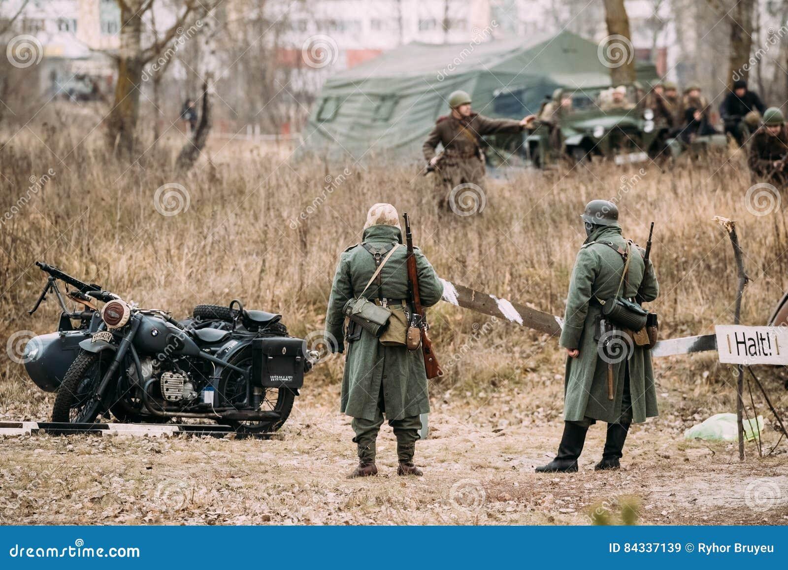 Re-enactors no identificado vestida como infantería alemana Wehrmacht tan