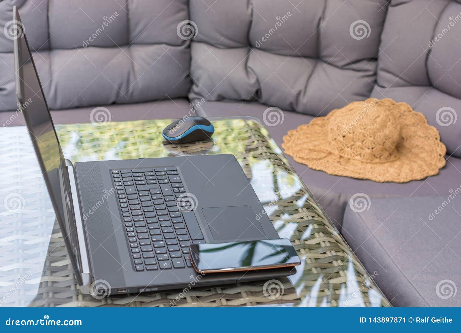 A ?rea da sala de estar ? usada para o trabalho da casa