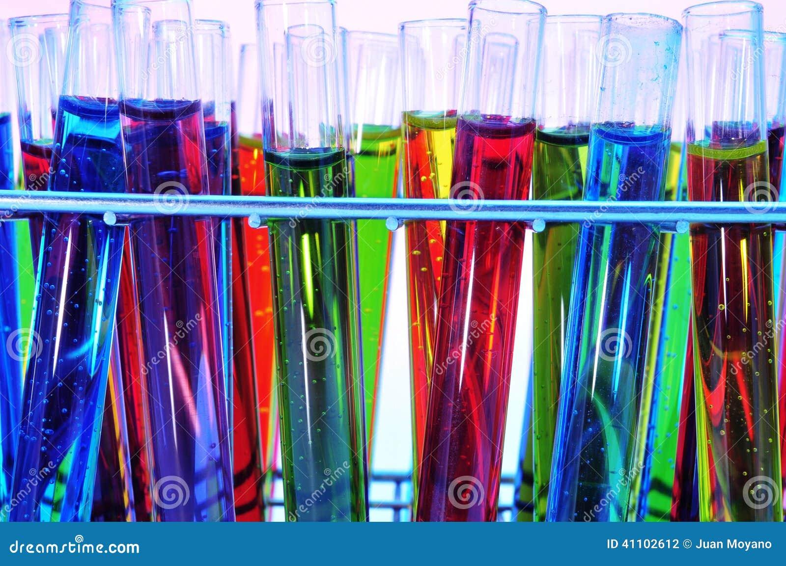 Reageerbuizen met vloeistoffen van verschillende kleuren