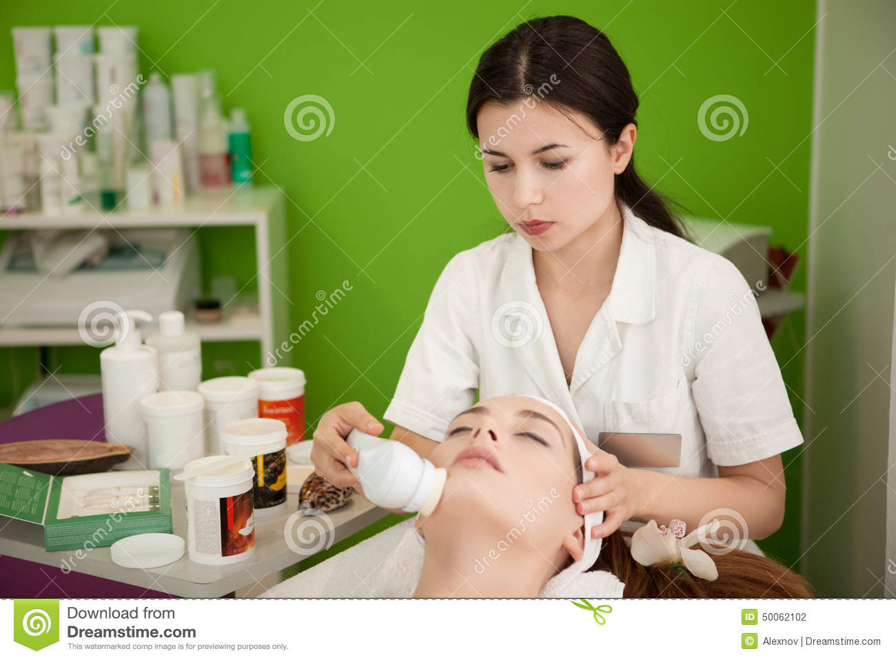 Real beauty therapist making spa treatment for the for Actual beauty salon