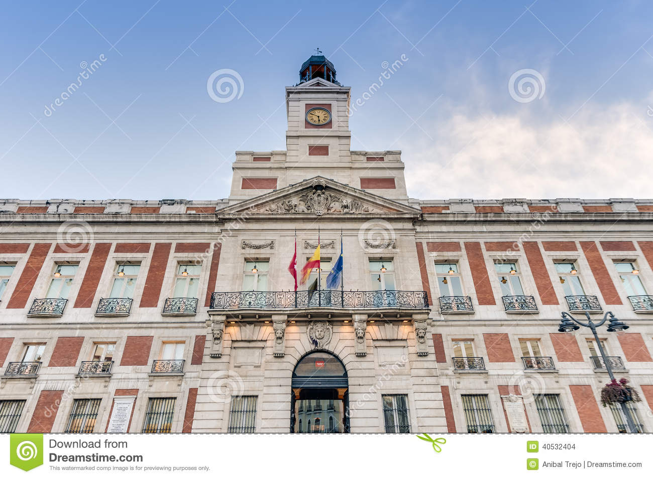 Real casa de correos building in madrid spain stock for Comer en puerta del sol