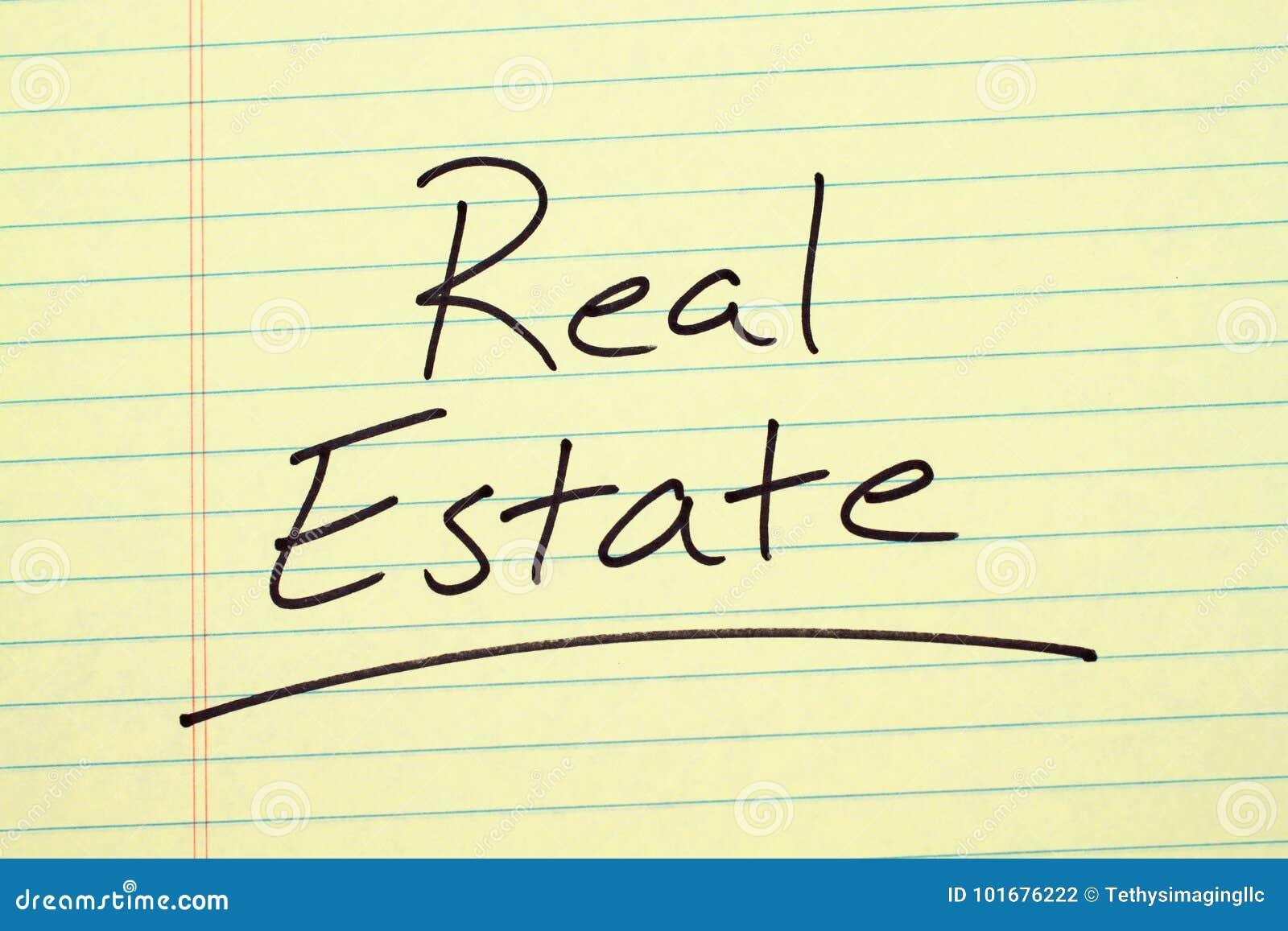 Real Estate su un blocco note giallo