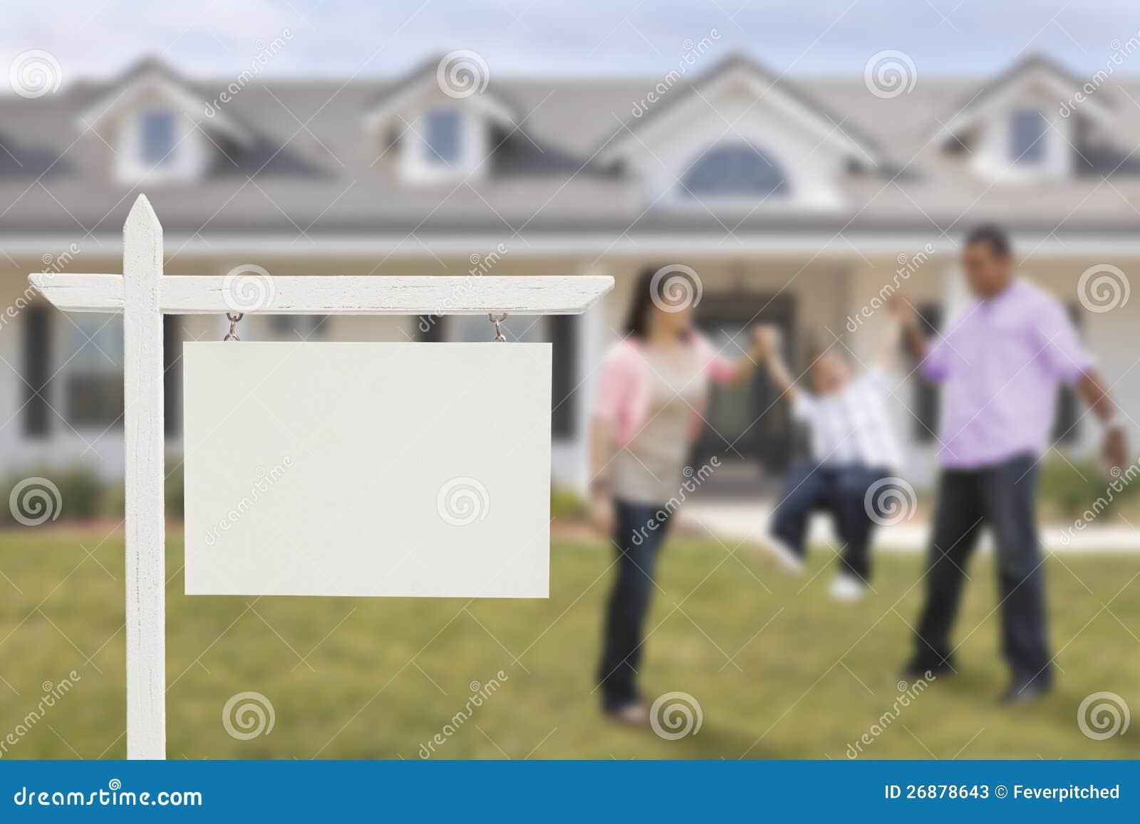 Real Estate vazio assina e família latino-americano na frente da casa