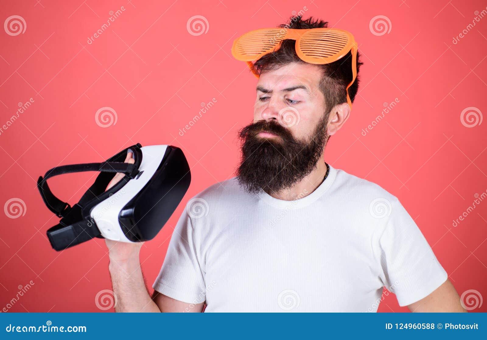 Realidade alternativa Equipe o moderno farpado com os auriculares da realidade virtual e fundo louvered do vermelho dos óculos de
