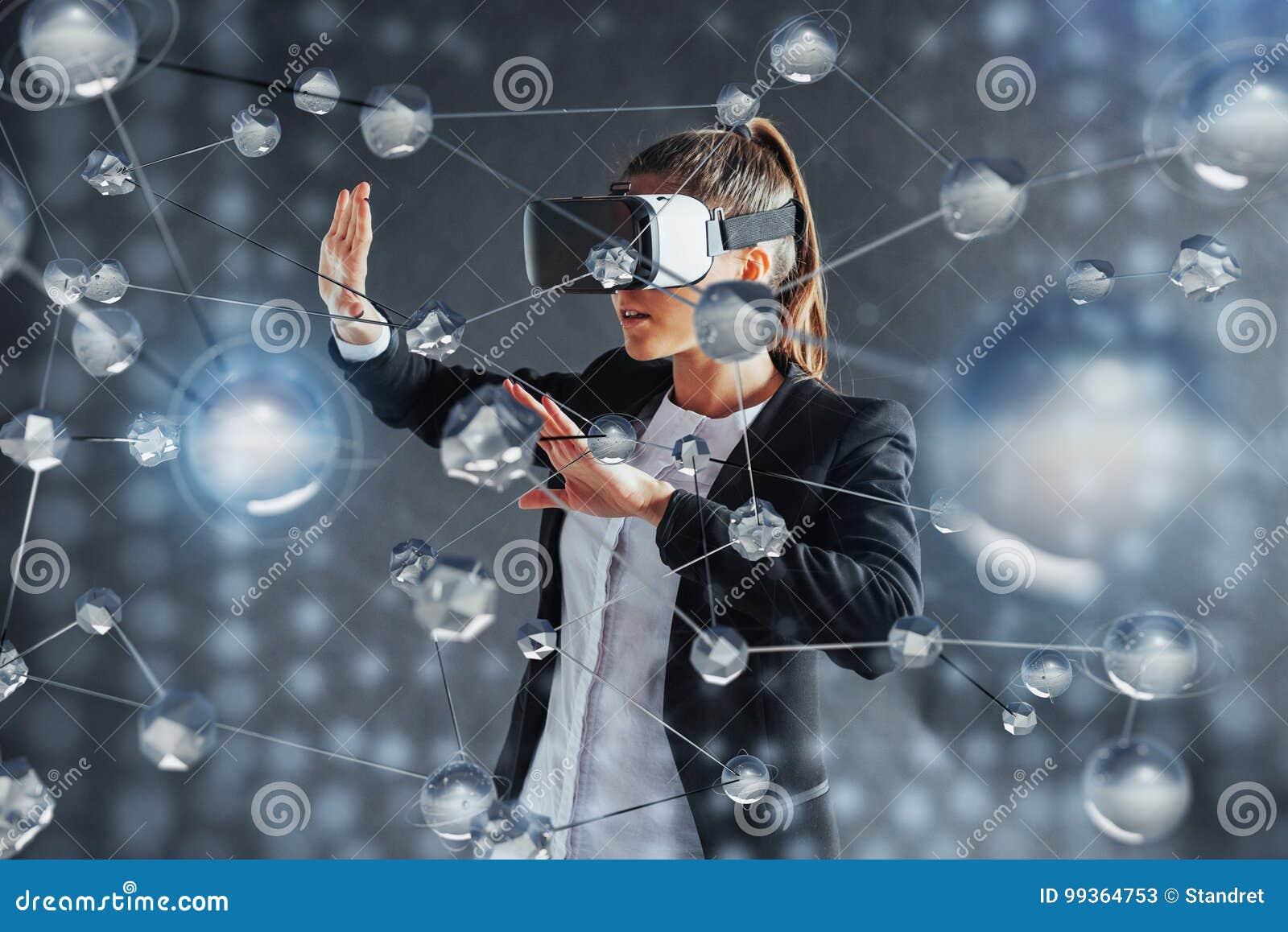 Realidade virtual, 3D-technologies, Cyberspace, ciência e conceito dos povos - mulher feliz nos vidros 3d que tocam na projeção