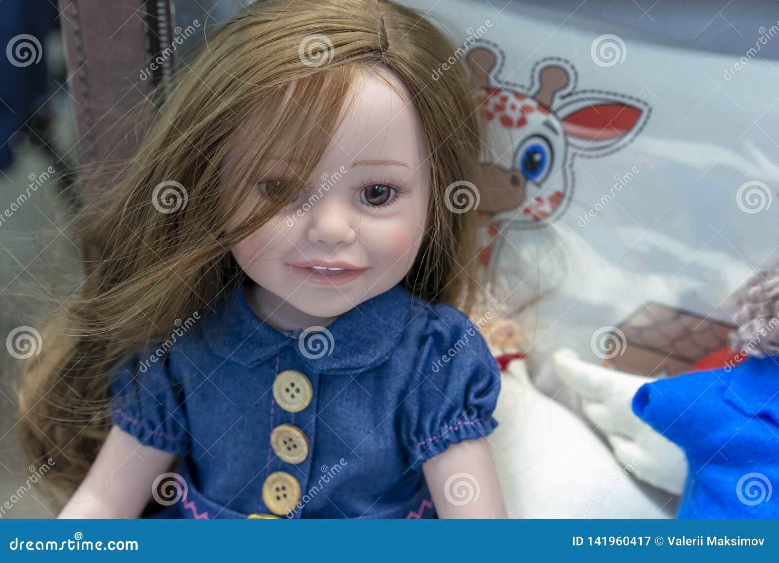 Realistische baby - pop in de stuk speelgoed opslag