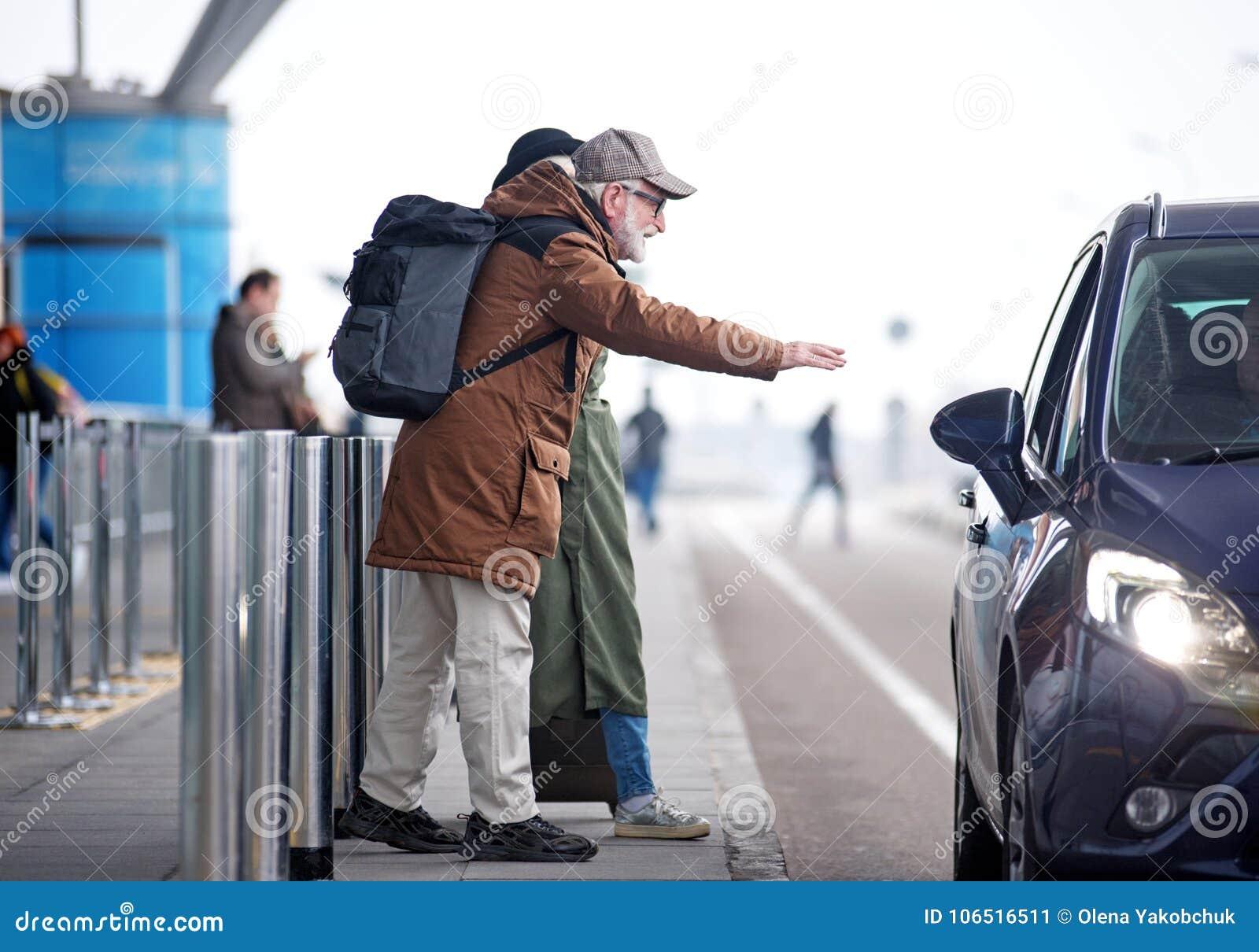 Realiteten åldrades mannen och kvinnlign fångar taxien