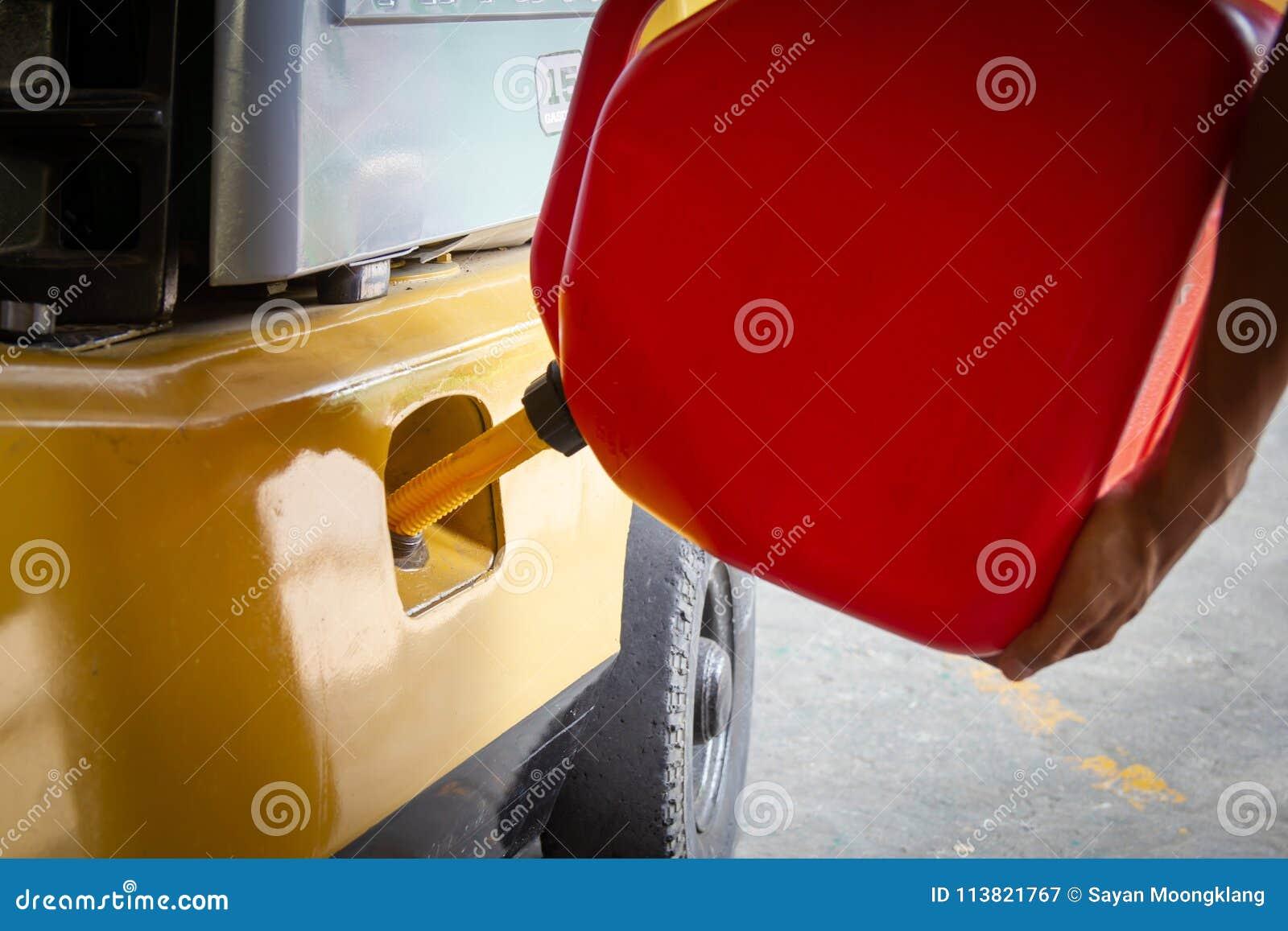 Reaprovisionamiento de combustible usando un tanque del galón para una carretilla elevadora o una máquina