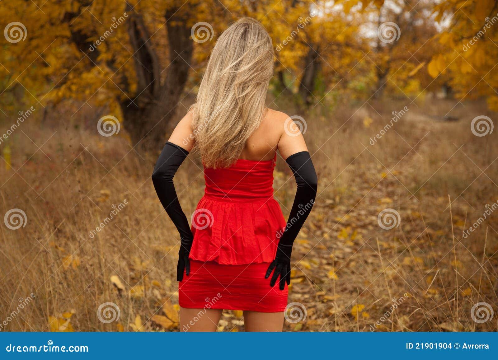 Фото девушка в платье вид сзади