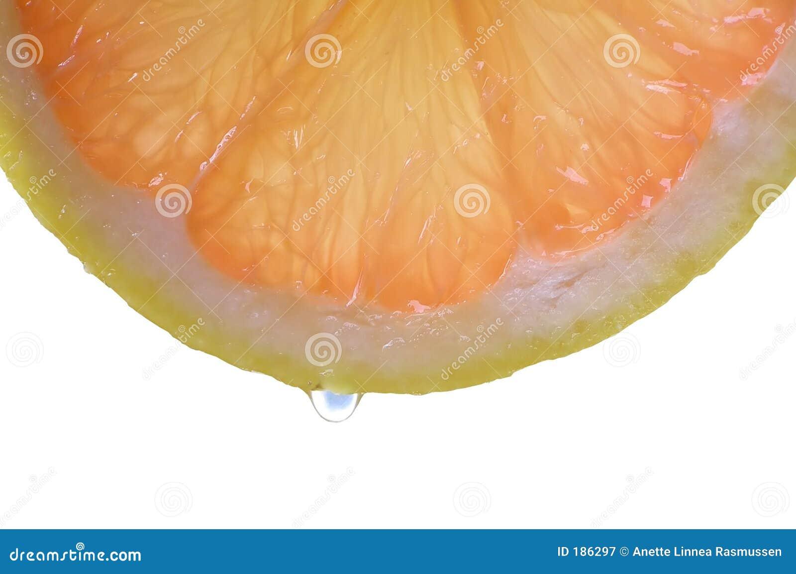 Rebanada de fruta de la uva roja con gota