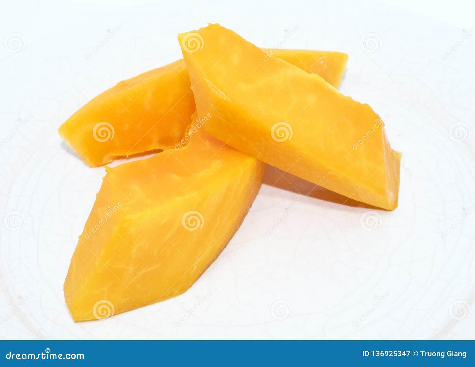 Rebanada de la papaya en el fondo blanco - fruta