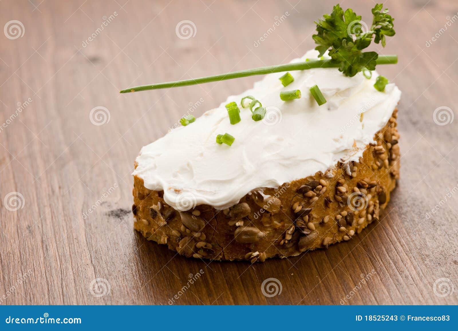 Rebanada de pan con el fraiche de la nata