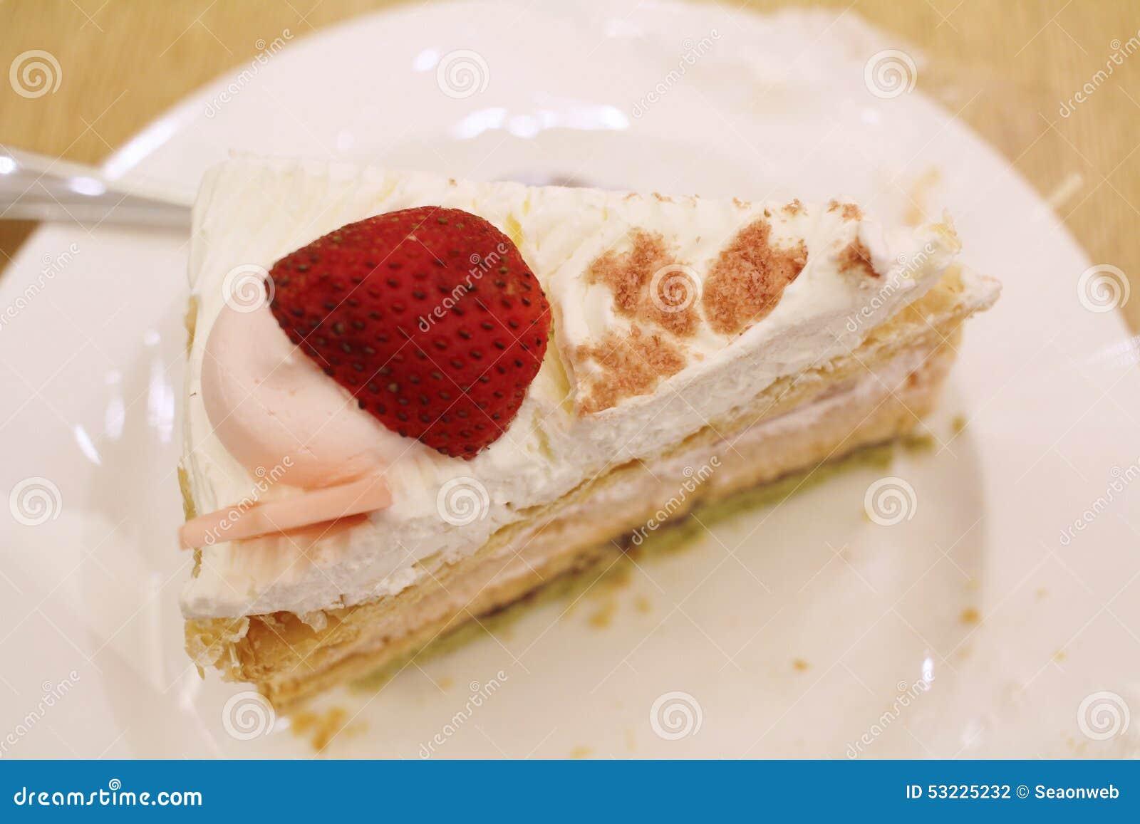 Rebanada de torta de la fresa en una placa blanca