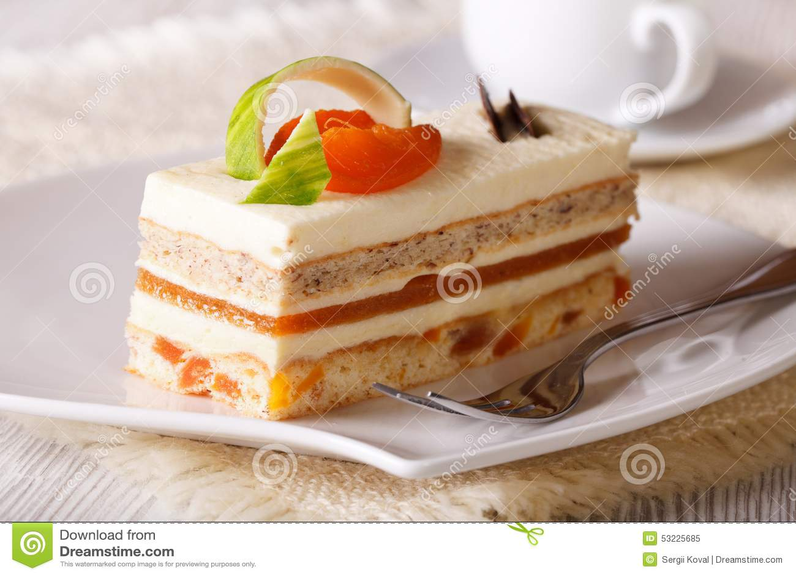 Rebanada de torta del albaricoque en una placa