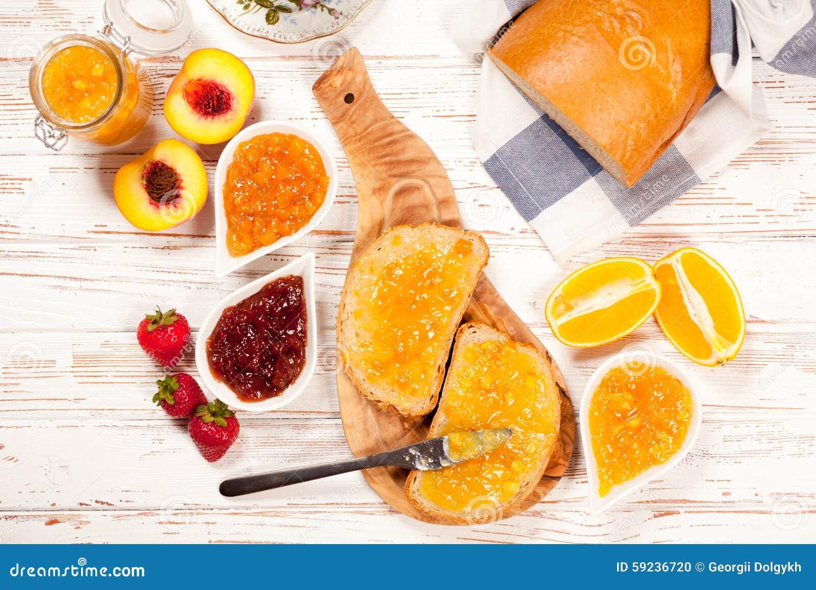 Rebanadas de pan con el atasco