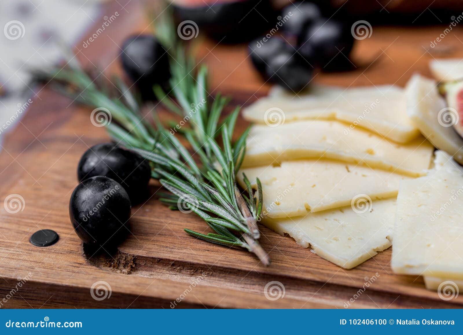 Rebanadas de queso, de aceitunas y de romero a bordo