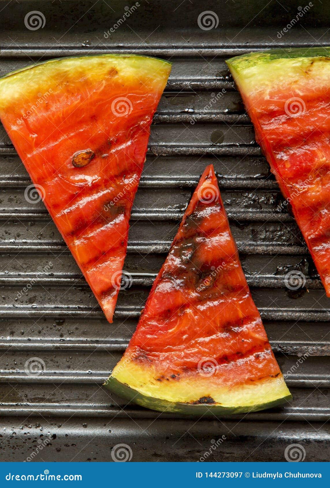 Rebanadas de sand?a asada a la parrilla en el asado a la parilla de la cacerola, visi?n superior Fruta sana del verano Primer