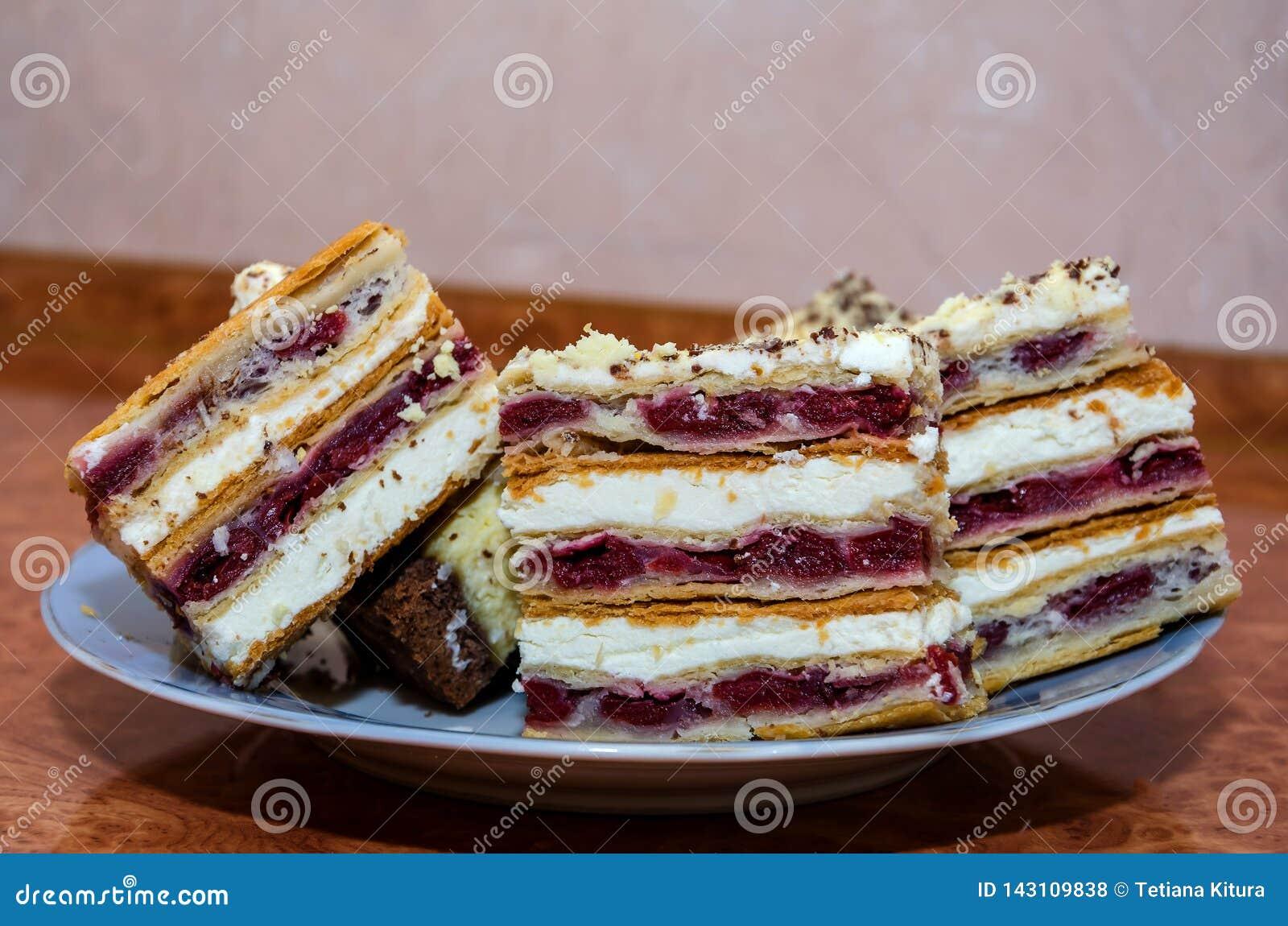 Rebanadas de torta cortada en un primer de la placa