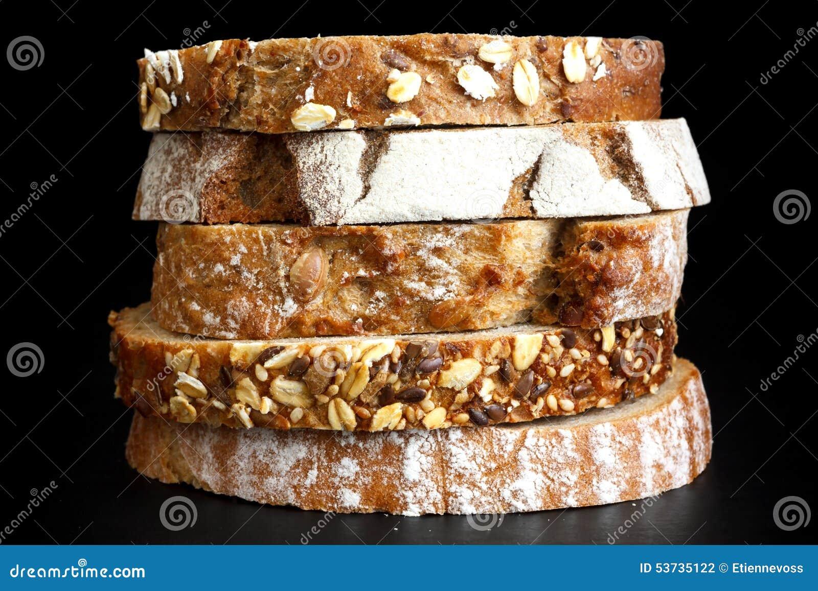 Rebanadas mezcladas de panes de la salud apilados