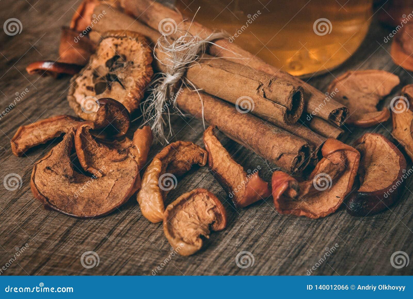 Rebanadas secadas de la manzana en un bolso de la lona y en un tablero marrón, visión superior, tono del vintage Cierre para arri