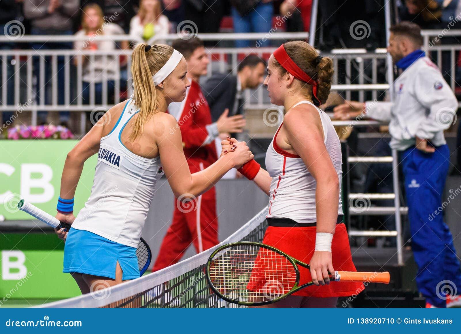 Rebecca Sramkova en Alona Ostapenko, tijdens Wereldgroep II Eerste Rond spel tussen team Letland en team Slowakije