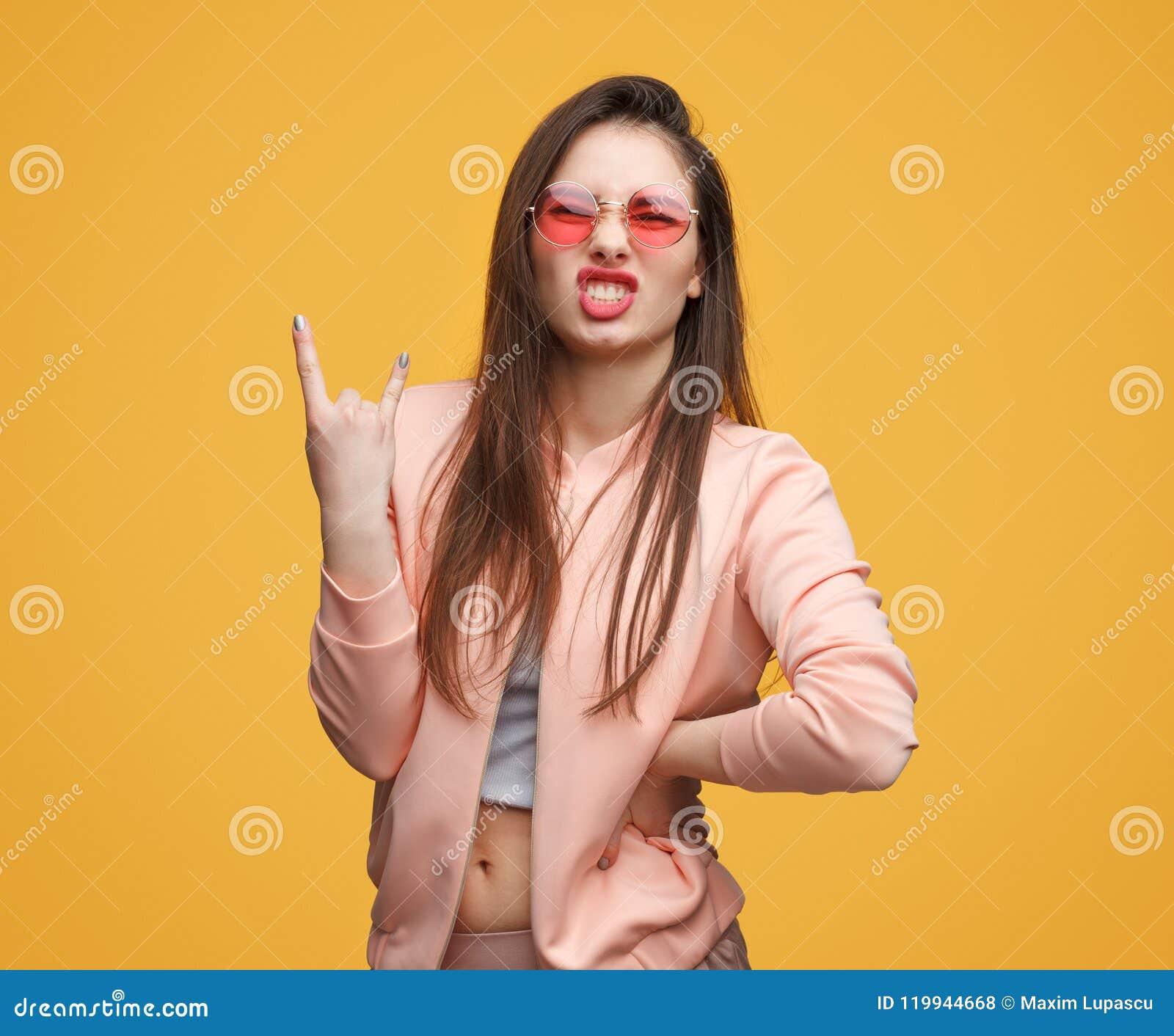 Rebellisk moderiktig kvinna som gör en gest på kameran