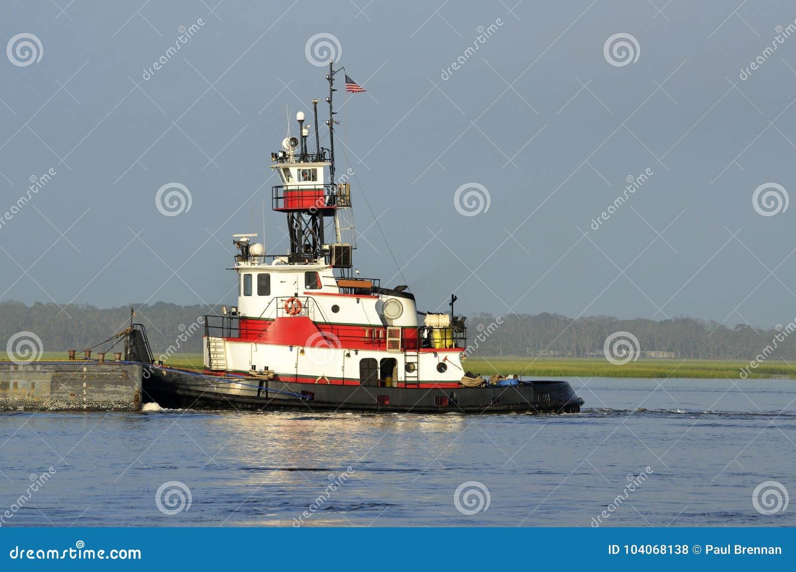 Rebocador que empurra uma barca
