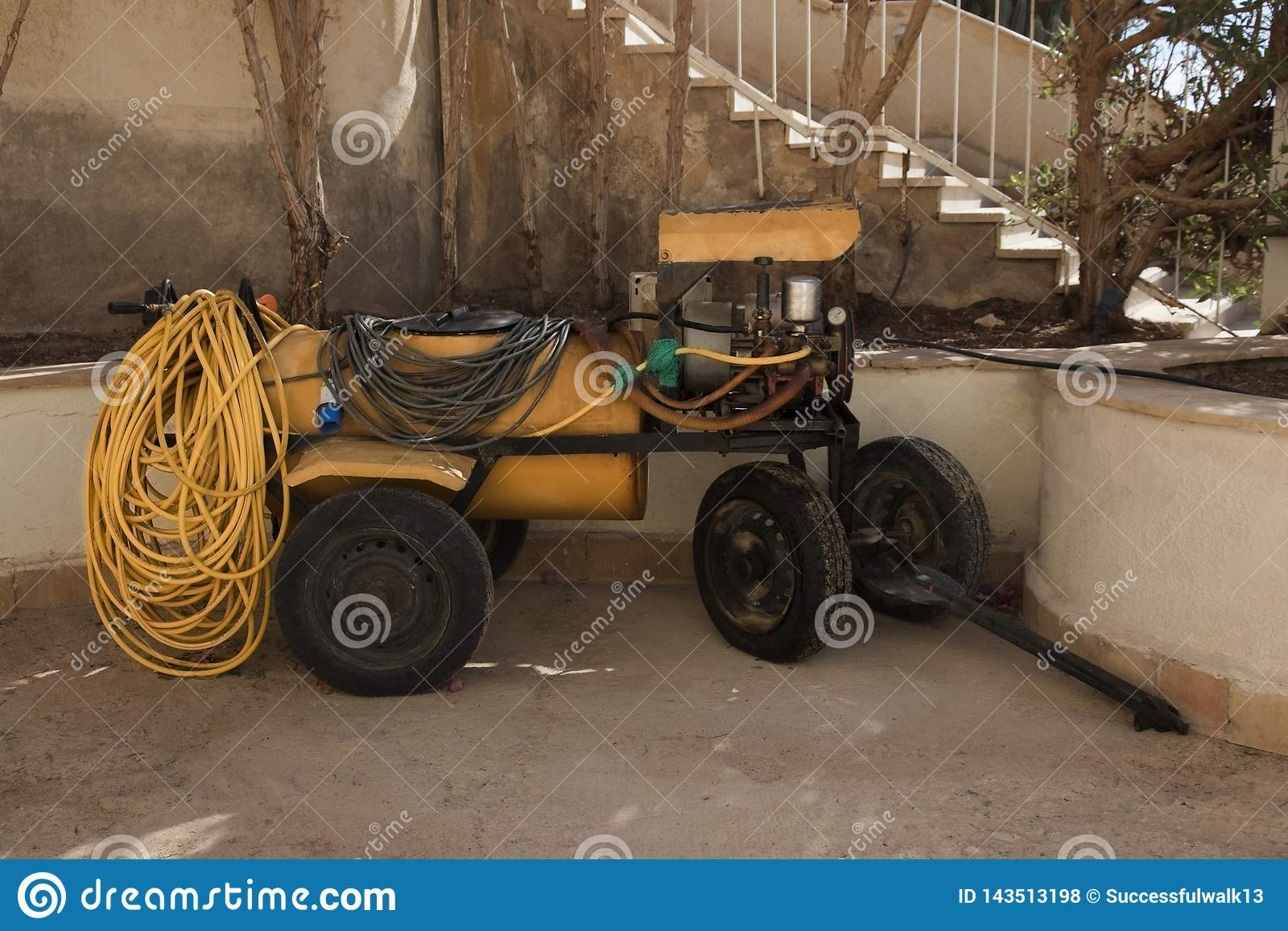Reboque ao trator nas rodas com um pulverizador agrícola