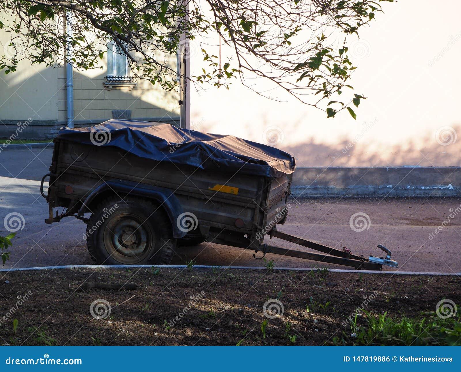 Reboque do carro com o eixo de roda dois