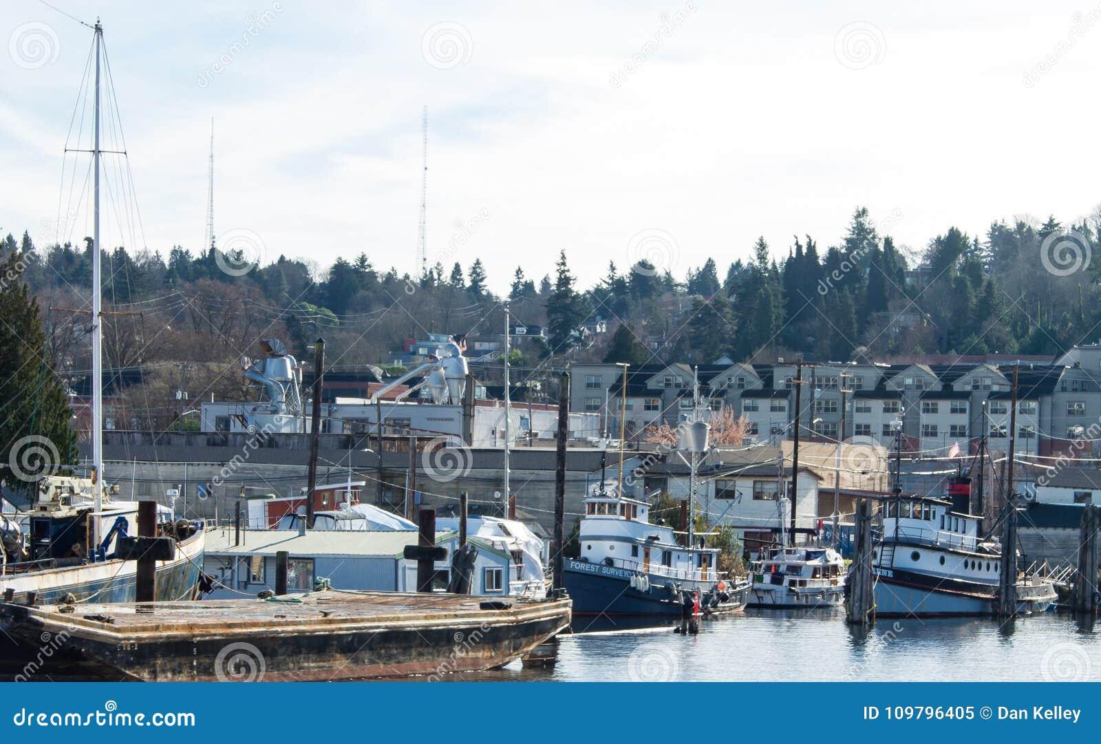 Reboquees do vintage amarrados em Salmon Bay Seattle Washington
