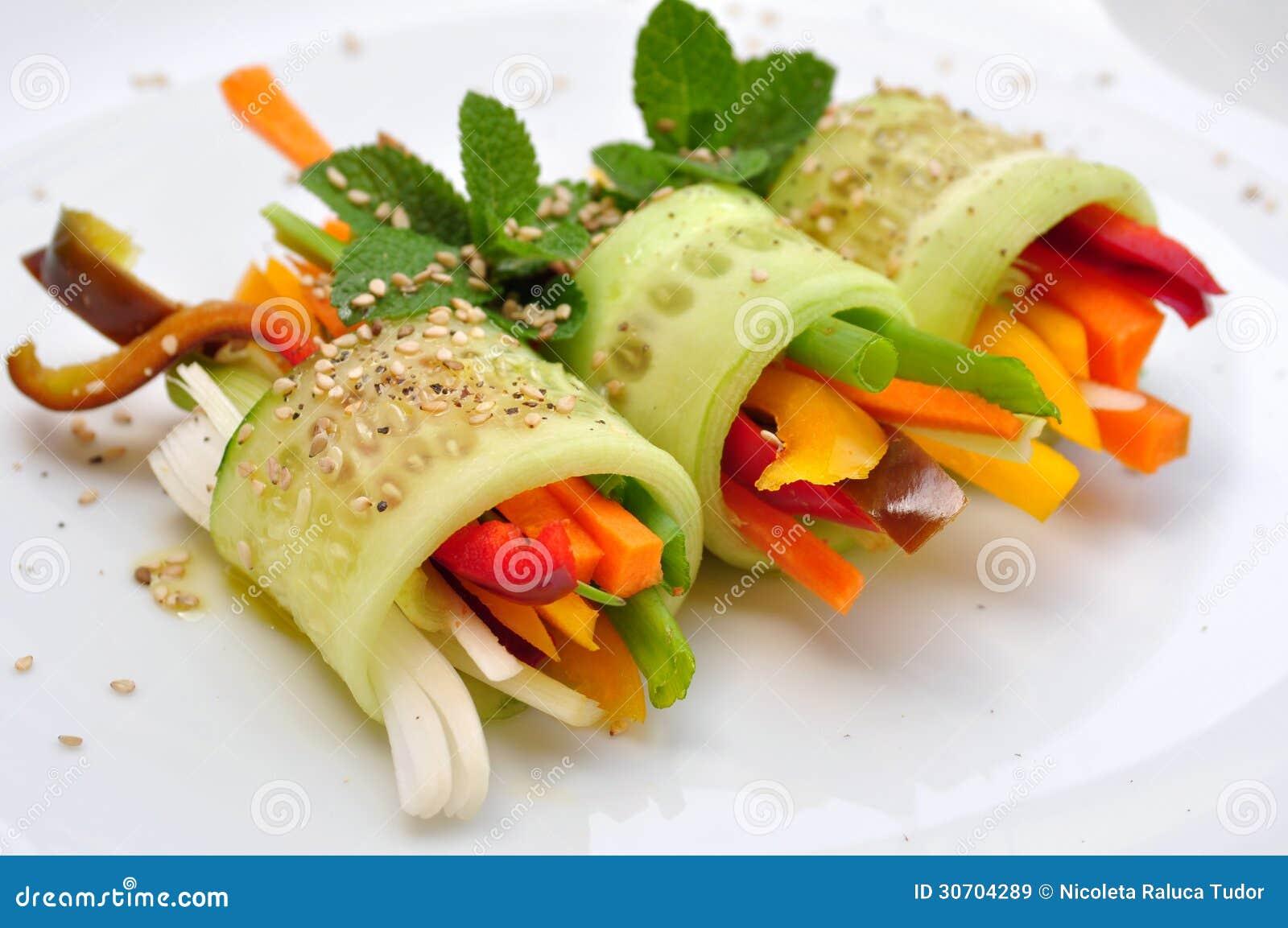 Receita crua do alimento com pepino, pimenta, cebola e cenoura